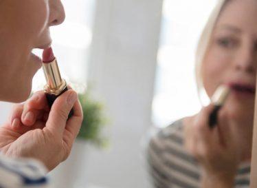 راه های افزایش دوام رژ لب از زبان آرایشگران